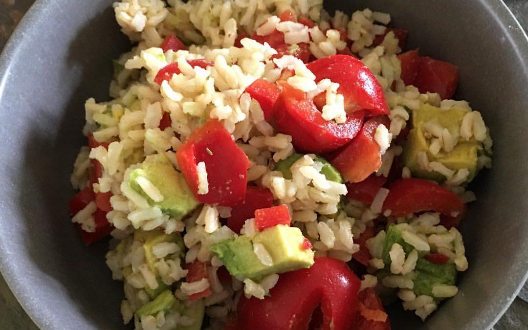 Reissalat mit Avocado und Paprika